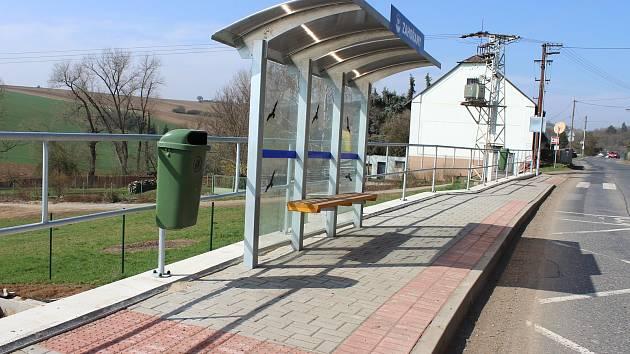 V Zahořanech už nemusí stát lidé při čekání na autobus v silnici.