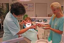 Zubaři budou vybírat jen za dražší plomby
