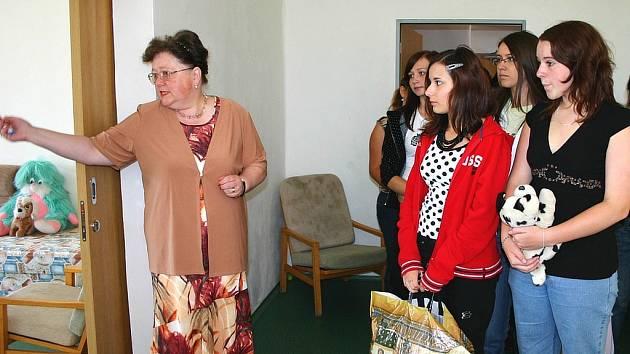 Žáci 9.A vybrali spolu s výchovnou poradkyní Markétou Jansovou okolo dvou set plyšáků pro Azylový dům Berounka.
