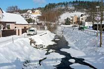 Koryto Stroupinského potoka v Žebráku mění v rámci protipovodňových opatření svou podobu.