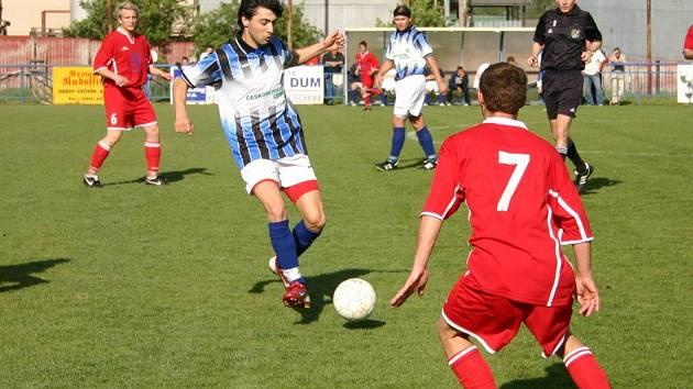 Berounský útočník Vasil Jalaghonia (vlevo) se ve 29. minutě postaral o první gól domácího celku.