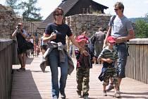 Oblíbeným turistickým cílem pro rodiny s dětmi je například hrad Točník.