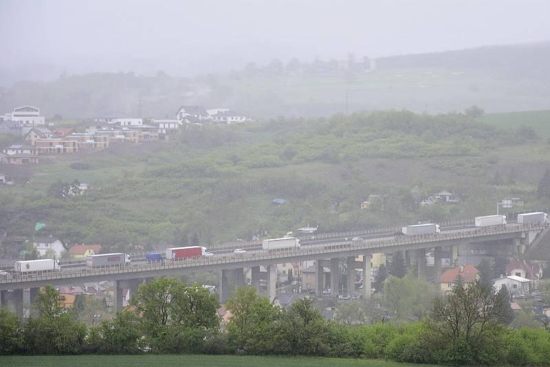 Pohled ze silnice k Tetínu.