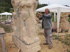 Letošní sochařské sympozium proběhlo v berounské nemocnici za účasti několika akademických sochařů.