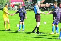 Tak by to mělo být po každém zápase. Hráči Chaloupek (v tmavém) a Svaté si potřásají rukama mezi sebou i s rozhodčím Jiřím Krupou.