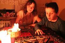 Výpadek elektřiny ponořil část Berouna i Králova  Dvora do tmy. Ke slovu tak přišly svíčky a stolní hry.