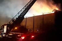 Požár skladu sena a dřeva v Oseku.