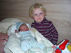 Tříletá Anežka Pokorná z Praskoles chová v náručí brášku Aloise, který se narodil 29. listopadu 2015 manželům Alexandře a Jiřímu Pokorným. Aloisovi sestřičky po příchodu na svět navážily 3,70 kg a naměřily 51 cm.