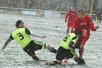 Fotbalisté Hostomic ve sněhové vánici porazili Maršovice 2:1.