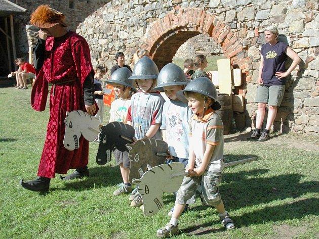 V doprovodném programu děti horečně zápolily o titul nejlepšího rytíře.