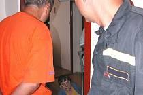 Poté, co se jeden z hasičů konečně dostal do bytu, našli záchranáři ženu ležet nedaleko dveří.