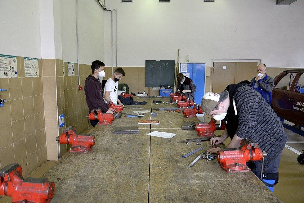Z odborného výcviku na Středním odborném učilišti Beroun-Hlinky: práce s kovem.