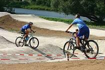Ve sportovním areálu Panská louka v Nižboru o letních prázdninách dovádí děti i odrostlá mládež.