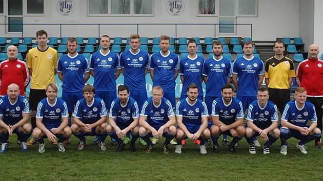 Jaroslav Štěpnička (třetí dole zleva) v dresu vítěze divize 2015/2016 FK Hořovicko.