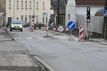 Provoz ve Vrchlického ulici řídí semafory