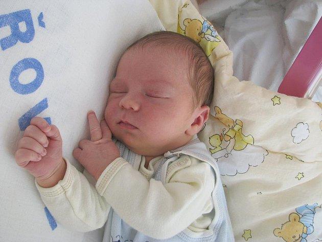 Velkou radost má Honzík (5) a Patrik (16), kterým se 18. 8. narodil bráška Adámek Autrata. Po porodu se mohl Adámek pochlubit váhou 3,70 kg a mírou 51 cm. Rodiče Jitka a Jan si svého chlapečka odvezou domů do Králova Dvora.