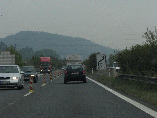 Zavřený sjezd z dálnice ve Zdicích.