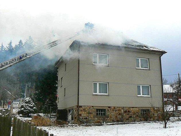 Plameny zlikvidovaly půdní vestavbu i střechu