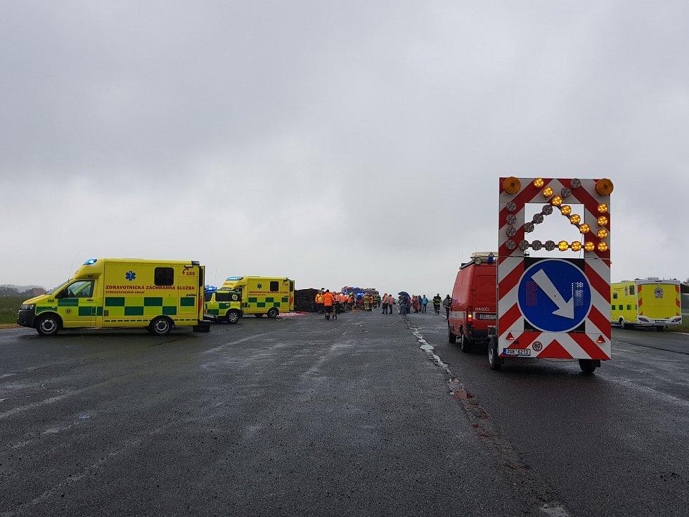 Cvičení složek integrovaného záchranného systému na letišti u Tlustice: zásah u vážné hromadné dopravní nehody.
