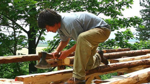 JAKO KDYSI. Tesaři v těchto dnech budují na Točníku dřevěnou přístupovou rampu.