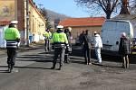 Okresní soud v Berouně pokračoval v úterý v projednávání dopravní nehody, která se stala při natáčení Hřebejkova televizního filmu Pět mrtvých psů v obci Vinařice na Berounsku. Soudce Jaroslav Zalejský nařídil  tentokrát jednání přímo na místě neštěstí.