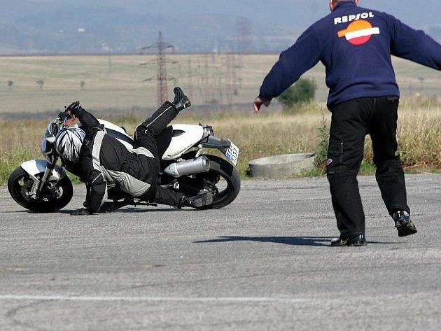 Krizové situace si motorkáři procvičili na hořovickém letišti.