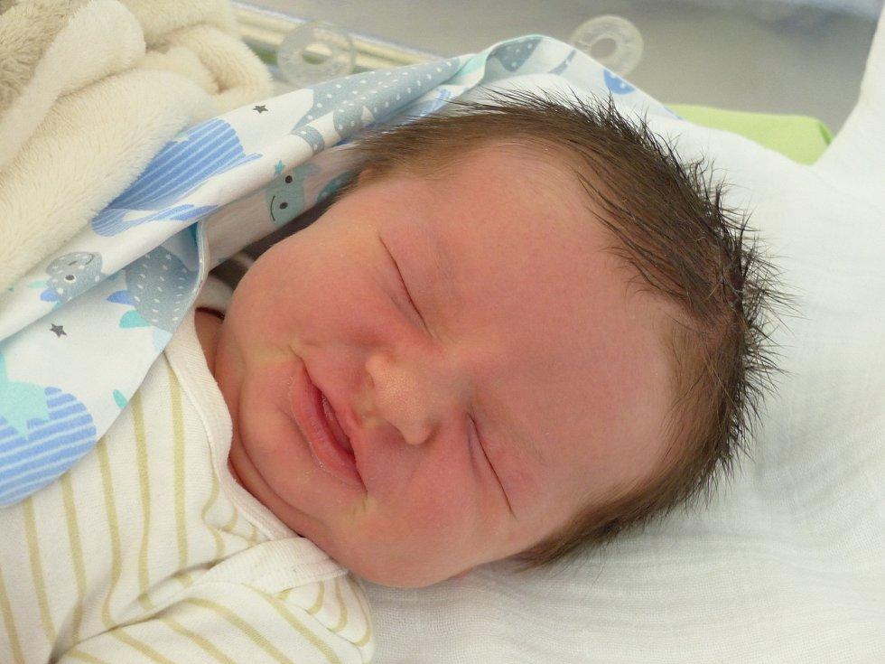 Karel Bouma se narodil 7. května 2021 v kolínské porodnici, vážil 4000 g a měřil 51 cm. Do Svojšic si ho odvezli sourozenci Karolína (15), Štěpán (13) a rodiče Karolina a Roman.