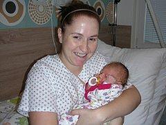 NOVOPEČENÁ maminka Zdena Chocová drží v náručí dceru Sabinu, kterou přivedla na svět 24. listopadu 2017. Sabinka vážila po narození 3,17 kg a měřila 49 cm. Tatínek Lukáš si dcerku a manželku odvezl z porodnice domů do Rpet.