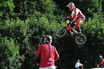 Při pátečním slavnostním otevření nové BMX dráhy v Nižboru se tu kluci na kolech doslova vyřádili.