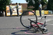 Jízdní kolo, na kterém se mladý muž střetl s nákladním autem.