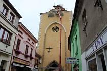 Při opravě Plzeňské brány našli řemeslníci v báni na hřebenu střechy kovovou schránku.