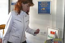 NOVINKA. Na tlačítkový systém si ještě někteří klienti berounské pošty  nezvykli. Vadí jim především velký výběr služeb.