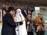 Členové Švejk-bandu, kteří si v v tomto období říkají Staročeští koledníci, vystoupili v sobotu na berounském náměstí v rámci programu vánočních trhů.