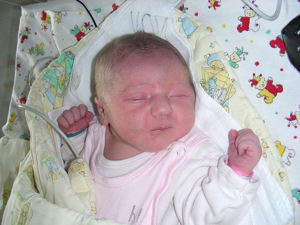 V pondělí 5. září se rodičům Anně a Janovi z Králova Dvora narodila holčička Rebeka Rezková s váhou 3,45 kg a mírou 50 cm. Kočárek s Rebekou bude vozit sestřička Karolínka, která má z miminka velkou radost.