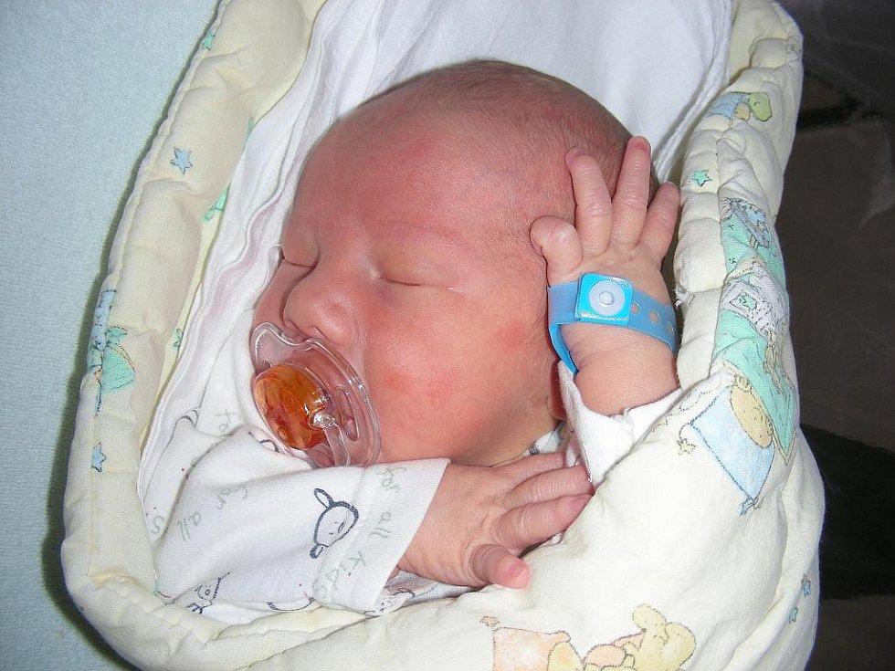 Manželům Elen a Petrovi Savincovým z Žižice u Kladna se ve čtvrtek 1. září narodil druhé dítko, synek Michael s váhou 3,28 kg a mírou 48 cm. Vyrůstat a hrát si bude Michael se svým bratříčkem Matyášem (3,5).