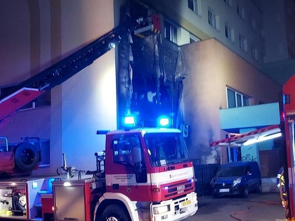 Noční požár fasády hotelu v centru Berouna.