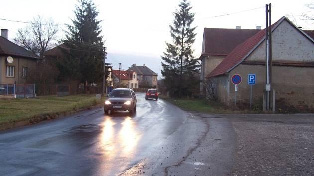 Cyklotrasa není v současnosti vedena po bezpečné silnici.