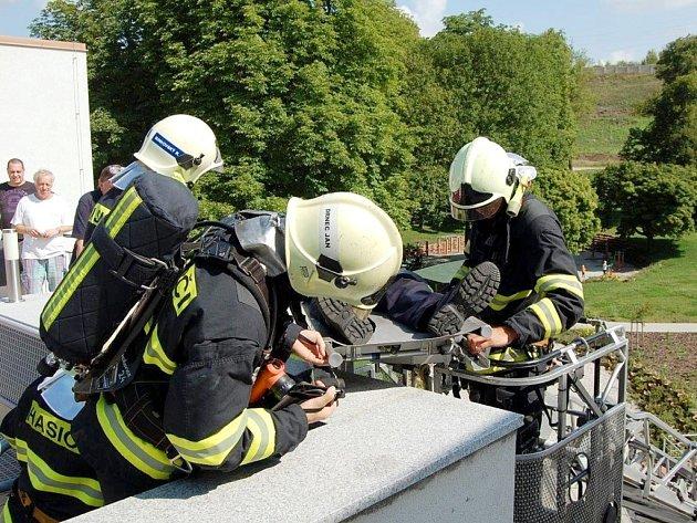 Tématem cvičení hasičů byla likvidace požáru v Nemocnici Beroun