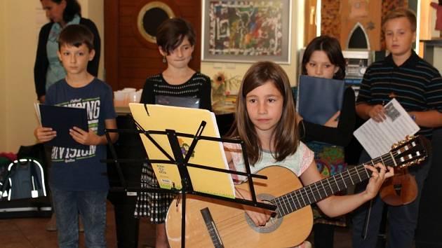 Vernisáž výstavy žáků Jungmannovy ZŠ v Holandském domě.