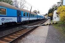 Kvůli pádu sloupu trakčního vedení do kolejiště byl zastaven provoz na trati 171 v úseku Praha-Smíchov – Dobřichovice.