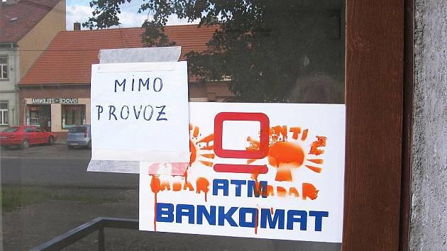 Vandalové zničili v Hostomicích i bankomat