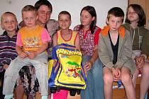 Celá rodina přeje jedenáctileté Katce (uprostřed), aby šla již brzy do školy.