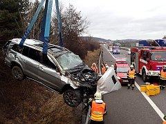 Řidič přelétl svodidla.
