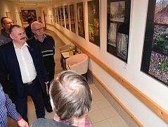 V Domově seniorů TGM v Berouně je nová výstava nazvaná Příběhy lesa a Neviditelný lidský svět.
