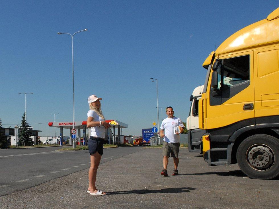 Rozdávání informačních letáků a samolepek zahraničním řidičům kamionů.
