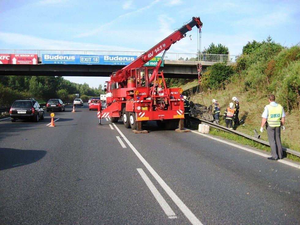 Při dopravní nehodě na dálnici D5 se auto převrátilo na střechu
