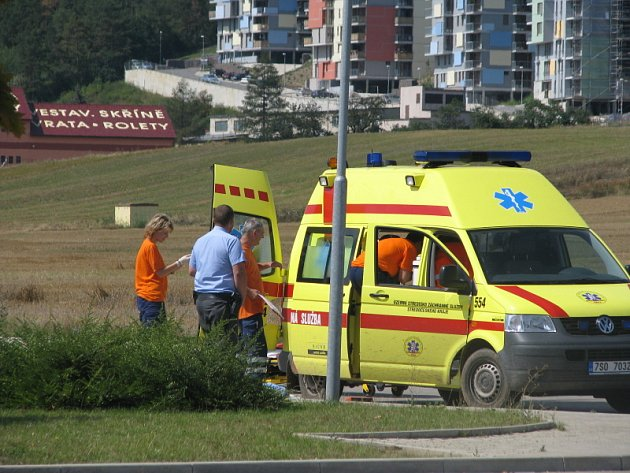 Čtyřiašedesátiletý důchodce z Králova Dvora se postřelil do hlavy. Záchranáři bojovali o jeho život na parkovišti před Lídlem. Do pražské nemocnice ho transportoval vrtulník.