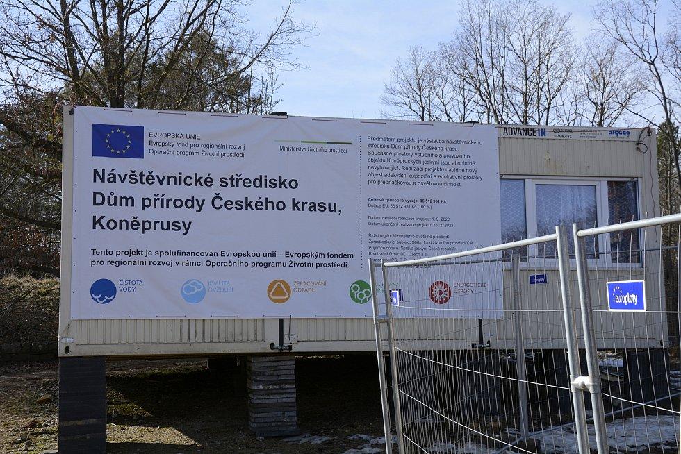 Stavba Domu přírody Českého krasu na návrší Zlatého koně u Koněpruských jeskyní.