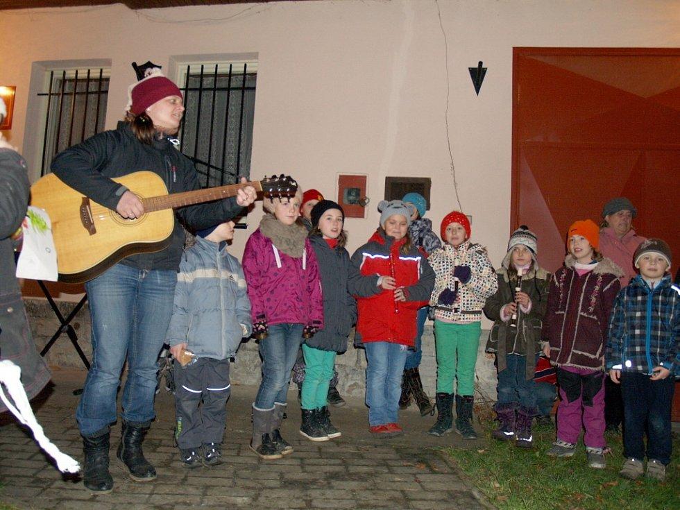 Koledy z Berounským deník zpívali i lidé ve Vižině