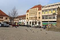 Podle studie by Husovo náměstí v Berouně nabídlo více prostoru pro sezení a odpočinek.